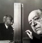 Mies van der Rohe ante la maqueta del proyecto. Al fondo, Philip Johnson